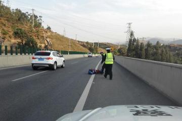 高速上肾结石发作30年驾龄老司机险酿车祸