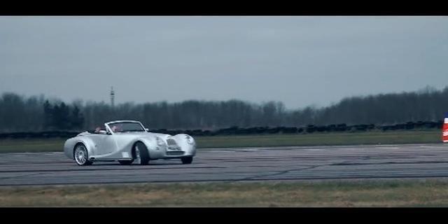 视频:汽车对飞机 摩根Aero8 vs双翼飞机