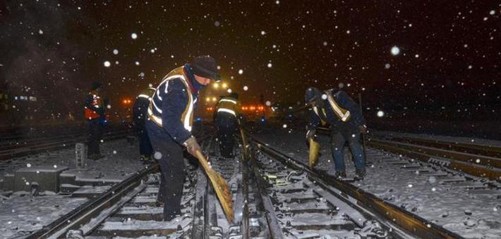 """沈铁职工万里铁道线演绎""""雪""""染的风采"""