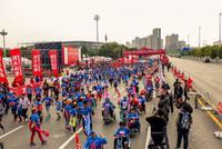 2017沈阳马拉松鸣枪开赛 两万跑友浑河岸激情竞逐