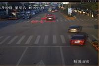 男子车上与女友起争执 愤而将数千元扔出车