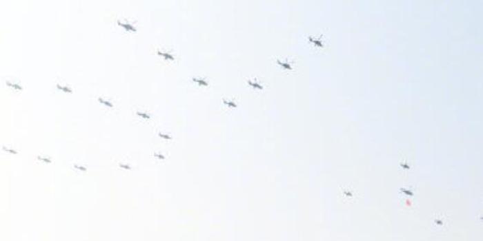 首次 空军司令员亲架战机参加国庆阅兵
