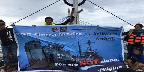 菲律宾17名志愿者再次乘船前往仁爱礁