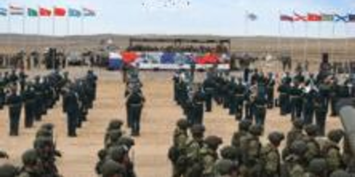 解放军成俄战略演习最大外军力量 出动超300台装备