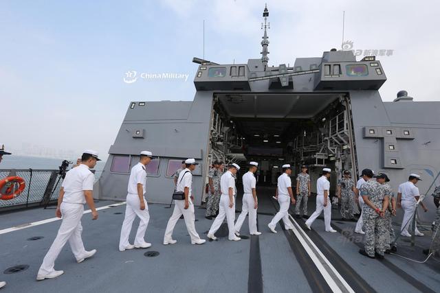 中国海军参观新加坡隐身护卫舰