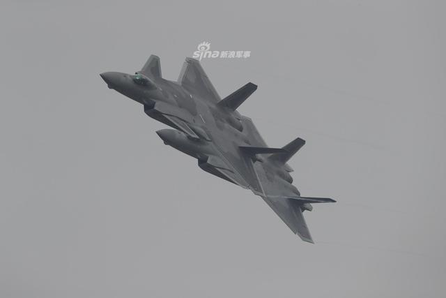 中国空军歼20战机编队预热航展