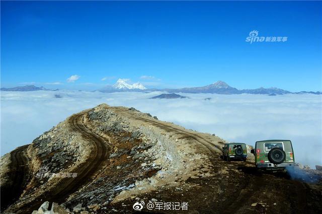 中国边防哨兵巡逻不畏峭壁雪山
