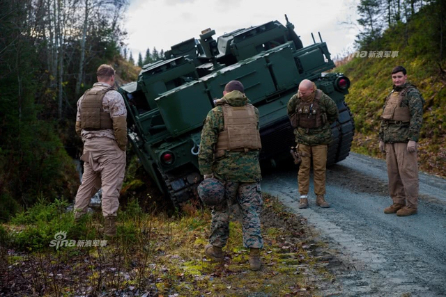 北约演习美军破障车险翻入水沟