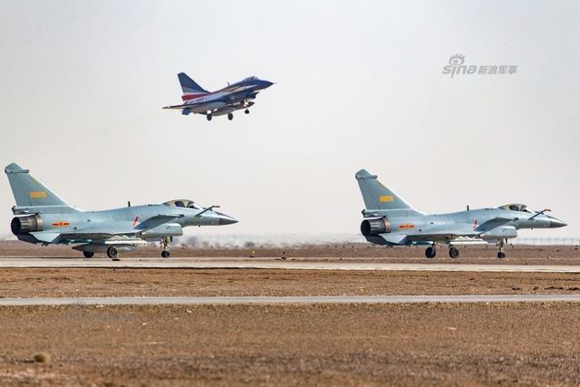 f-22,苏-35,a350等10多型军,民用飞机先后进行了单机表演,俄罗斯勇士