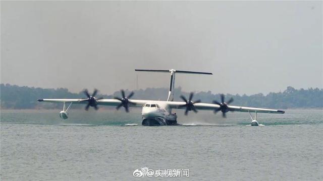 中国两栖大飞机水上滑行成功