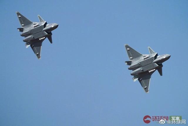 殲20雙機編隊掛彈飛行表演