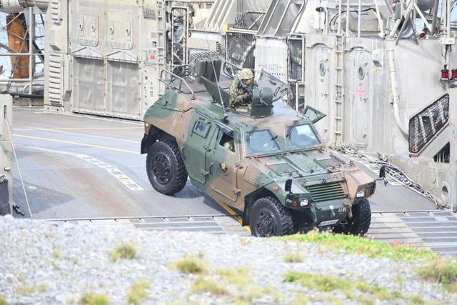 日本16战车乘气垫船练两栖登陆