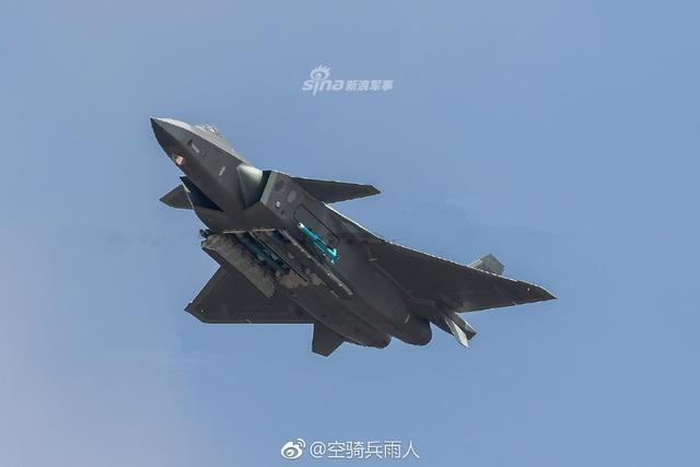 中国空军歼20挂弹凌空姿势优美