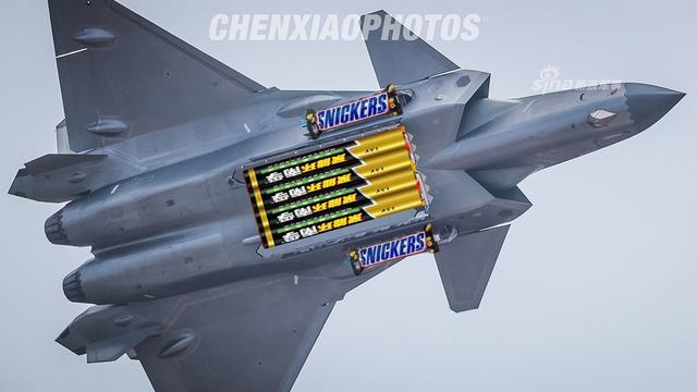 """我军歼20战机弹舱竟""""挂""""电池"""