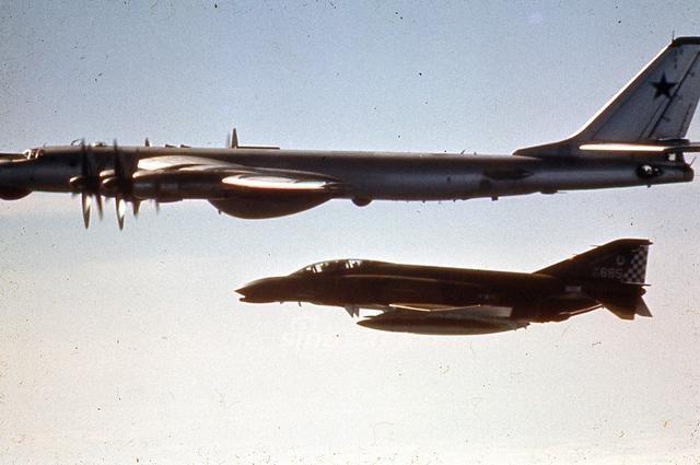 美国飞碟-飞行员 美军 UFO 美海军飞行员自曝曾遭遇UFO 没有翅膀却能高速飞行图片