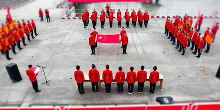 中國兩艘火箭運輸船今日出海 船員高舉五星紅旗(圖)