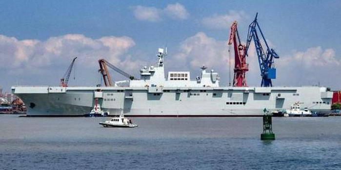 075舰舾装进度未受疫情影响 工人全副武装汗流浃背