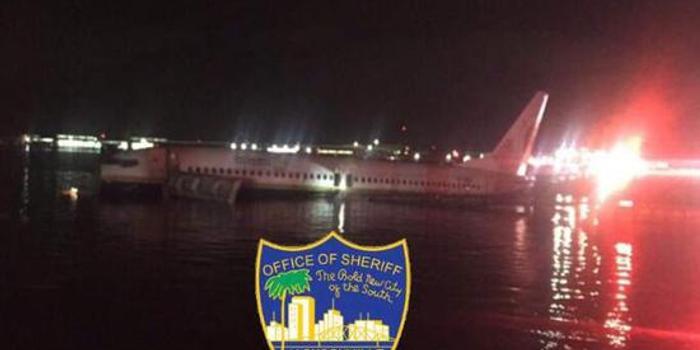 天津11选5_美国一架波音737客机冲出跑道 滑入河中(图)