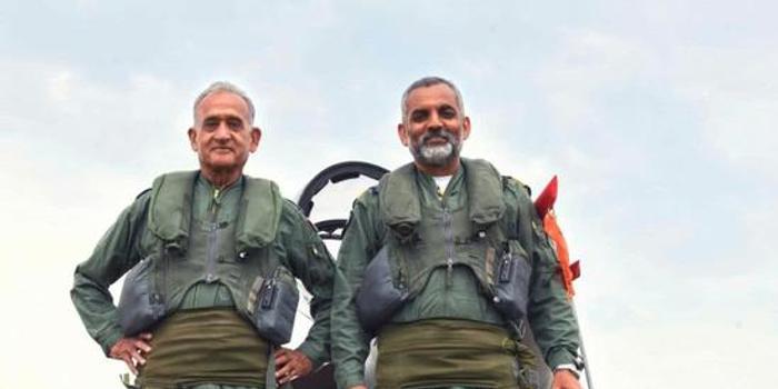 印度白发老飞行员试飞LCA战机 称可匹敌中国(图)