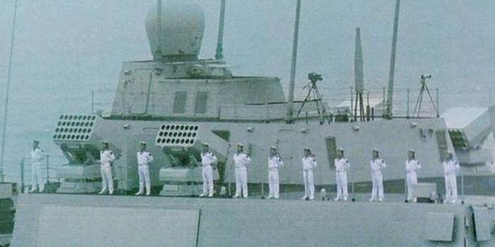 055型驱逐舰舰尾4门火箭炮首次曝光 原来用途是这个