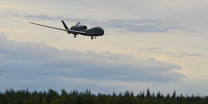 """北约首架""""全球鹰""""无人机进驻意大利境内基地"""