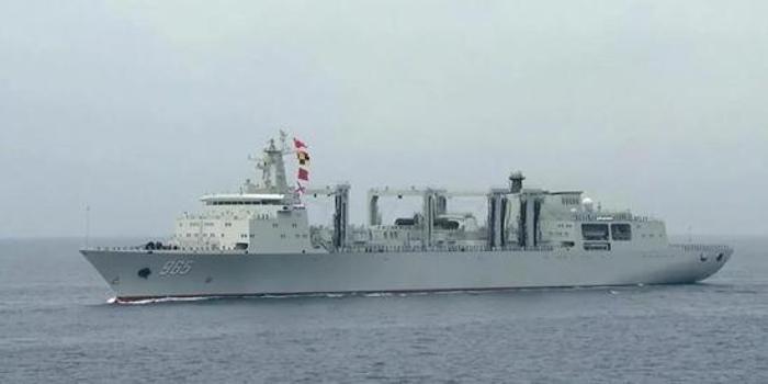我军第二艘901型航母补给舰出海 或与国产航母汇合