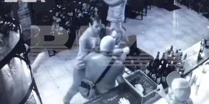 俄军官在酒吧惨遭殴打 身受重伤送进医院(图)
