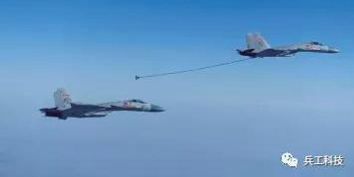 """殲15""""伙伴加油""""訓練有何意義:掛彈更多航程更遠"""