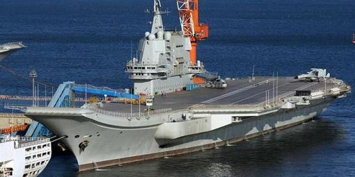 歼15D舰载机模型现身甲板 国产航母或配备电子战大队
