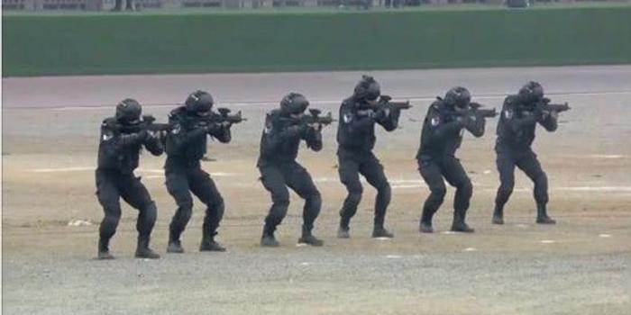 国产新冲锋枪亮相特警演练 用有托结构或正实用测试