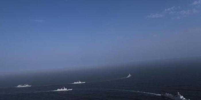 """我海军编队为中国香港""""绿宝石""""号商船伴随护航(图)"""