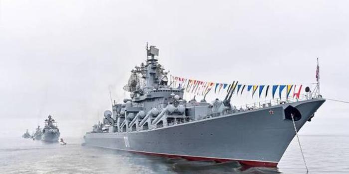 俄军巡洋舰在日本附近海域军演 发射导弹击沉靶船