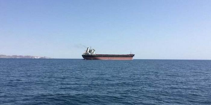 伊朗油轮疑遭导弹袭击爆炸起火 大量原油泄漏