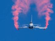 我军歼10在航展上秀超级机动 空中格斗或将难逢敌手