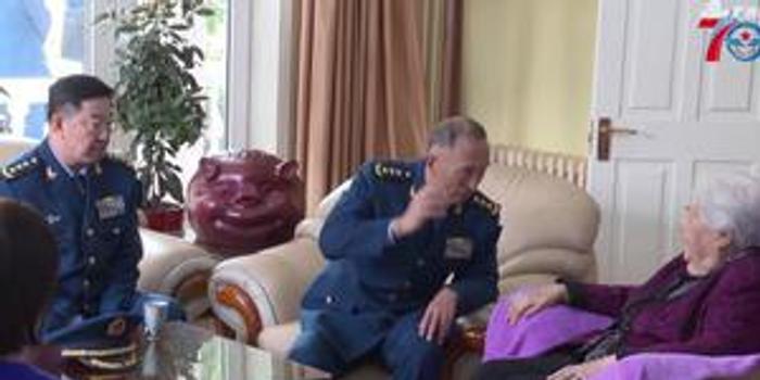 中国空军司令员和政委专程上门看望这位老人