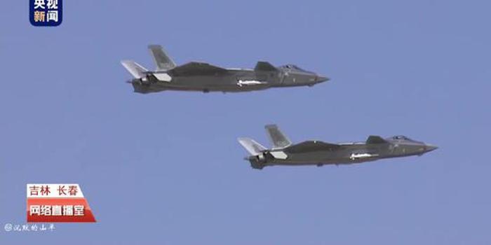 空軍開放日殲20雙機編隊亮相 掛彈進行飛行表演(圖)