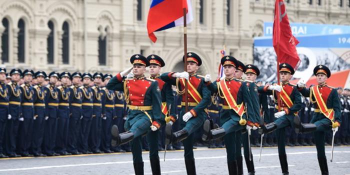 塞尔维亚72岁老人徒步进发莫斯科 观看5月9日阅兵