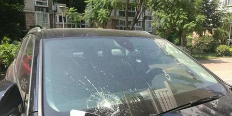 福州一小区外墙掉砖砸坏奥迪车