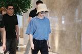 华晨宇渔夫帽低调现身机场 今日份的夏日酷盖上线
