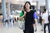 大表姐刘雯清爽亮相机场 招牌治愈笑容惹人爱