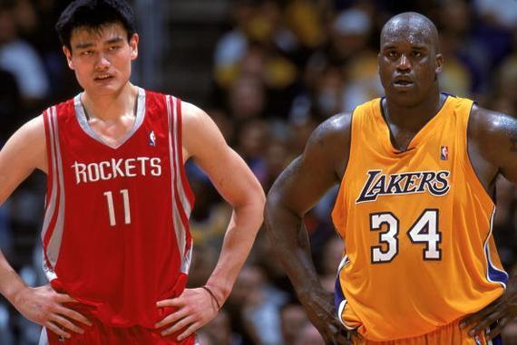 姚明在NBA比赛中与奥尼尔对抗