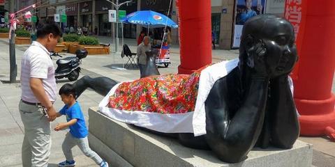长春现裸女雕塑 被盖上东北大花被
