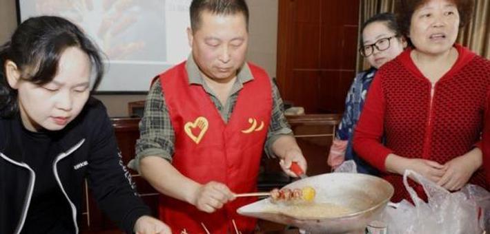 大榭1社区居民DIY糖葫芦品美味