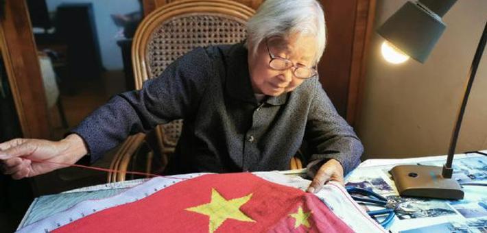 奉化88岁党员绣国旗献礼70华诞