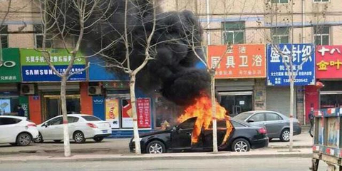 两个熊孩子玩火烧毁奥迪A6