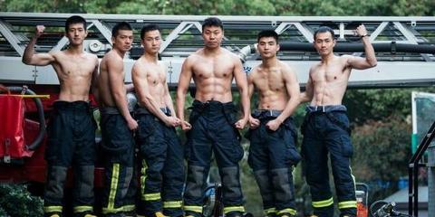 浙90后消防战士秀肌肉