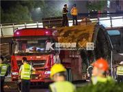 杭州天桥坍塌瞬间 司机陈师傅带一对小情侣成功脱险