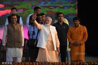 印度总理莫迪现身十胜节庆祝活动 现场拉弓引瞩目