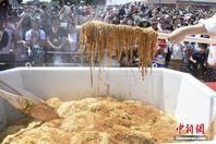 日本近600人试吃160公斤巨型方便面创纪录