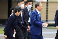 菅義偉任首相后首次出訪 夫人貼心整理西服